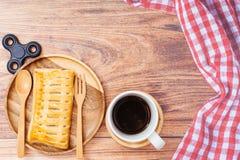 Frukostera, hemlagade äppelpajbakelser och koppen av nolla för svart kaffe Royaltyfri Foto