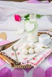 Frukostera i säng på dag för valentin` s Fotografering för Bildbyråer