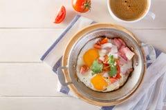 Frukostera inkludera kaffe, äggpannan, bröd, fotografering för bildbyråer