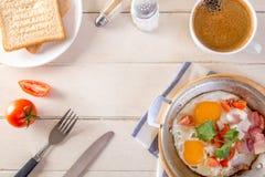Frukostera inkludera kaffe, äggpannan, bröd, royaltyfri foto
