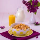 Frukostera inkludera mysli och mjölka arkivbild