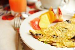 Vegatable omelett som tjänas som med frukter Royaltyfria Foton