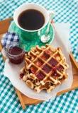Frukostera med belgiska dillandear med driftstopp och kaffe Fotografering för Bildbyråer