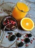 Frukostera med björnbär, gojifrö och orange fruktsaft Arkivfoton