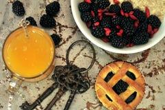 Frukostera med björnbär, gojifrö och orange fruktsaft Royaltyfri Fotografi