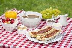Frukostera med bröd, frukter och varm choklad Royaltyfri Foto