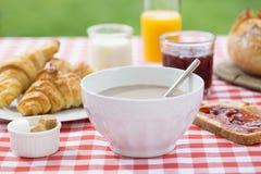 Frukostera med choklad, orange fruktsaft, gifflet, marmelad och Royaltyfria Foton