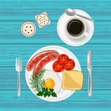 Frukostera med det stekt ägget, korvar, rostat bröd och kaffe Top beskådar Royaltyfria Bilder