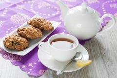 Frukostera med havremjölkakorna och citronteet Arkivbilder