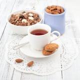 Frukostera med hemlagade kakor, havren och mandeln med kopp te Fotografering för Bildbyråer