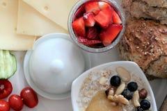 Frukostera med jordgubbar, bröd och ost, med textspace Royaltyfri Bild