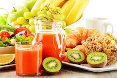 Frukostera med kaffe, fruktsaft, gifflet, sallad, mysli och ägget Fotografering för Bildbyråer