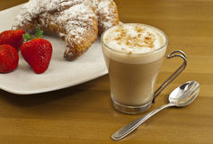 Frukostera med kaffe, nya giffel och jordgubbar. Royaltyfria Bilder