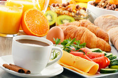 Frukostera med kaffe, orange fruktsaft, gifflet, ägget, grönsaker Arkivbild