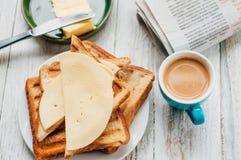 Frukostera med kaffe, rostade bröd, smör och driftstopp Arkivbilder