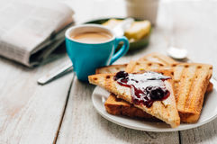 Frukostera med kaffe, rostade bröd, smör och driftstopp Royaltyfria Foton