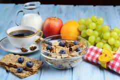 Frukostera med kaffe, sädesslag och bär frukt valet Arkivbilder
