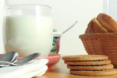 Frukostera med kakor och mjölka Royaltyfri Fotografi
