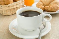 Frukostera med koppen av svart kaffe, bröd och fruktsaft Arkivfoton