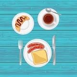Frukostera med korvar, rostat bröd, gifflet och te Top beskådar Fotografering för Bildbyråer