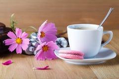 Frukostera med macaron- och tappningkameran på tabellen arkivbilder