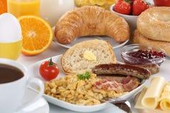Frukostera med orange fruktsaft, marmelad, kaffe, baglar, frukter a Fotografering för Bildbyråer