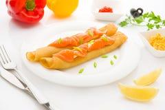 Frukostera med pannkakor och laxen på den vita bakgrunden Arkivbild