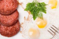 Frukostera med stekte ägg, och korven pläterar på Arkivbilder
