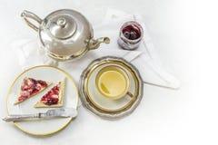 Frukostera med te, smörgåsen och driftstopp på vit marmor som ett hörn Royaltyfri Bild