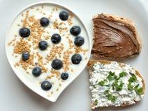 Frukostera med yoghurt-, blåbär- och linfrö royaltyfria foton