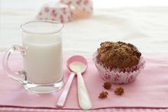 Frukostera muffin och mjölka Arkivfoton