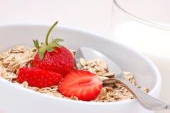Frukostera oatmealen med jordgubbar och exponeringsglas av M Arkivfoton