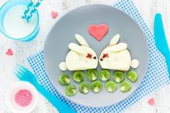 Frukostera på formade gulliga vita bullen för valentindagen den roliga smörgåsen Arkivfoton