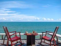 Frukostera servar på balkongen rätt på stranden i en beautifu Royaltyfri Fotografi
