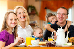 frukostfamilj som har Arkivbilder