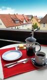 Frukostinställning på farstubron i Europa arkivfoto