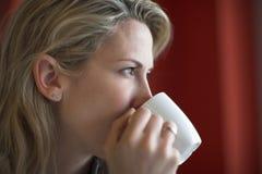 frukostkaffe dricker kvinnabarn Royaltyfri Bild