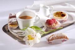 Frukostkaffe och bakelser Royaltyfri Fotografi