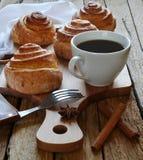 Frukostkaffe och sconeser arkivbilder
