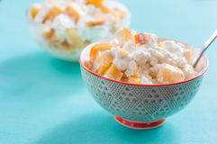 Frukostkeso med persikagräddfil och honung royaltyfri bild