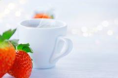 Frukostkopp kaffe och jordgubbar över vit bakgrund arkivfoto