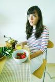 frukostkvinnlig som har barn Arkivfoto
