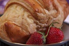 Frukostmae av gifflet och jordgubbar Fotografering för Bildbyråer
