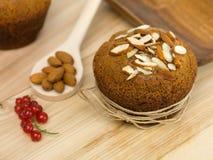 Frukostmuffin med mandelar och redcurrants Royaltyfria Bilder