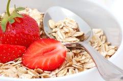 Frukostoatmealen med frukter stänger sig upp Royaltyfria Bilder