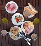Frukostordning på trätabellen arkivbild