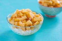 frukostost keso, gräddfil, honung, persika, begreppet av sund och smaklig mat arkivfoto