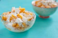 frukostost keso, gräddfil, honung, persika, begreppet av sund och smaklig mat Royaltyfria Foton