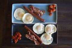 Frukostplatta med bacon och ägg Arkivbilder