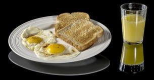 Frukostplatta som är färdig med ägg och rostat bröd Royaltyfria Bilder